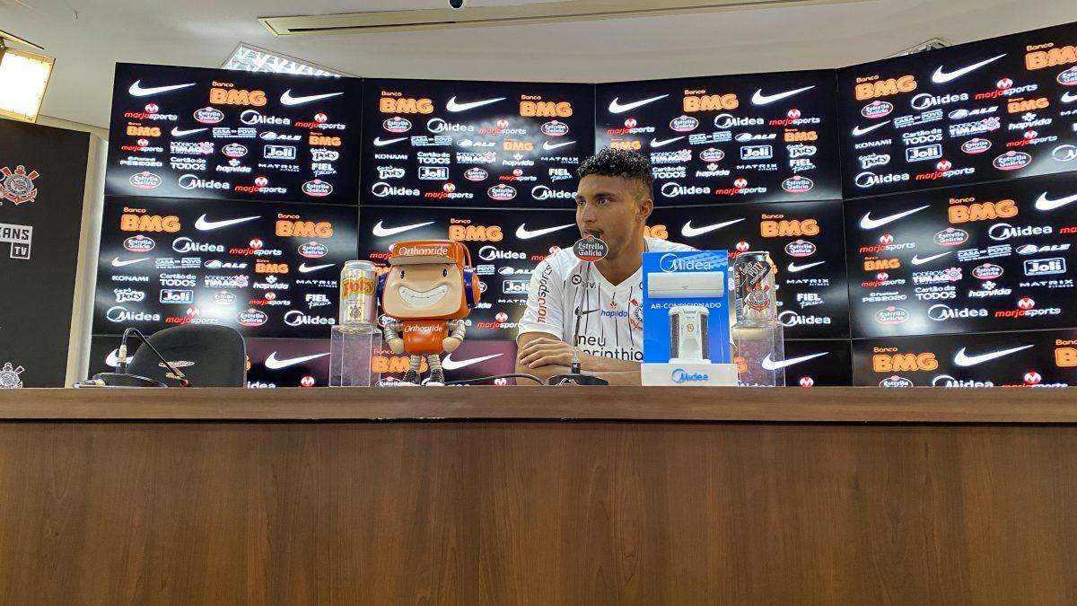 """""""Chego humildemente nesse clube que é muito grande e respeitado"""", diz meia contratado em apresentação oficial"""